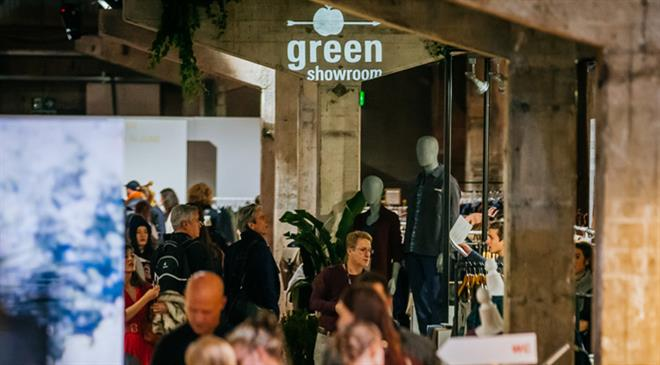 What do the apple and the arrow passing through it symbolise in the Greenshowroom logo?