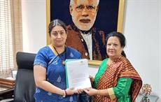 Surat MP Darshana Jardosh (right) submitting FIASWI's memorandum to Union textiles minister Smriti Irani in New Delhi. Courtesy: @ DarshanaJardosh