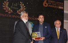 Vaqar Arif, Head of Finance & Controlling Pakistan, Archroma, receiving the 'Employer of the Year' Award from Sayed Bukhari, Federal Minister of HRD & Overseas Pakistan /Courtesy: Archroma