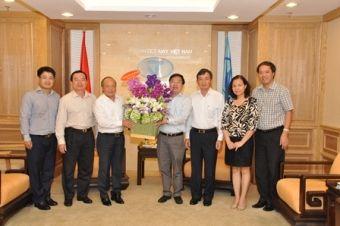 Mr. Van Hau (3rd from Left) congratulating Mr.Tien Truong