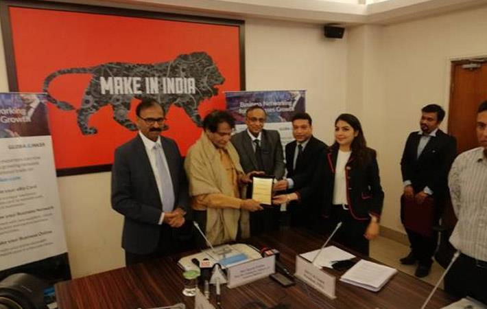 Commerce and industry minister Suresh Prabhu (2nd from left) at the launch of FIEO GlobalLinker in New Delhi. Courtesy: PIB/ministry of commerce and industry