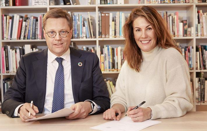 IOM Finland Chief of Mission Simo Kohonen & H&M Group Head of Sustainability Anna Gedda sign MoU. Pic: IOM