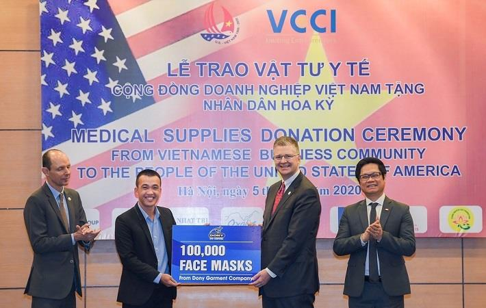 Pham Quang Anh (left), Director, Dony Garment, and the US ambassador to Vietnam Daniel Kritenbrink during the medical supplies donation hosted by VCCCI on June 5. Pic: Dony Garment