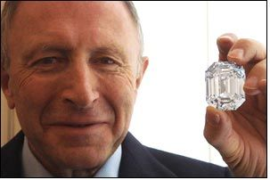 Graff unfurls - 'The Magnificence' - world's largest emerald cut diamond!